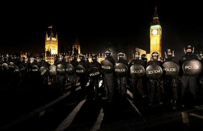 20110104233821-police-officers-in-riot-wear-contain-student-protesters-on-westminster-bridge-during.jpg